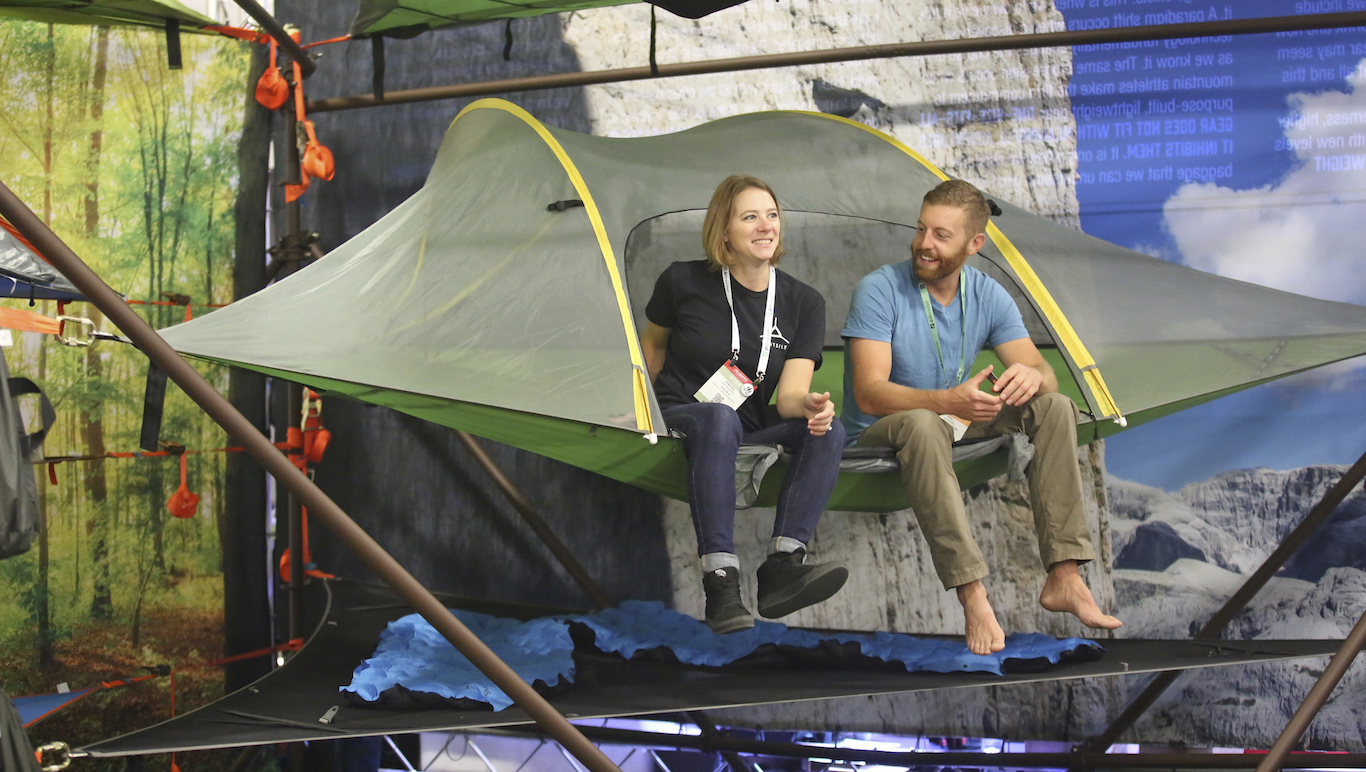 Vanessa Castagnoli (left) shows Eric Hanson the Stingray tree tent at the Tentsile display  sc 1 st  Newsela & Newsela - Tree tents help campers sleep high above the ground