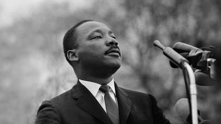 essay martin luther king jr a timely leader image 1 dr martin luther king jr speaking before a crowd of 25 000